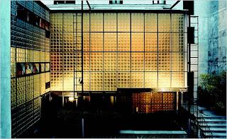 cette maison de verre est conue en fonction de la ncessit dclairer ltroit btiment en retrait dans la cour cette construction en acier est - Pave De Verre Exterieur