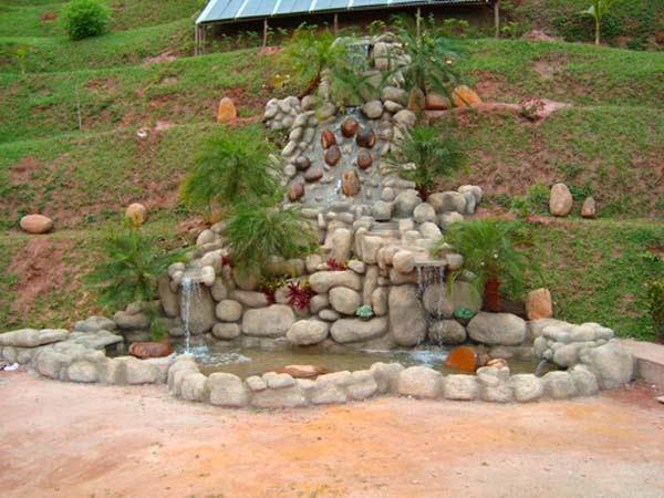 cascata artesanal em pedras naturais