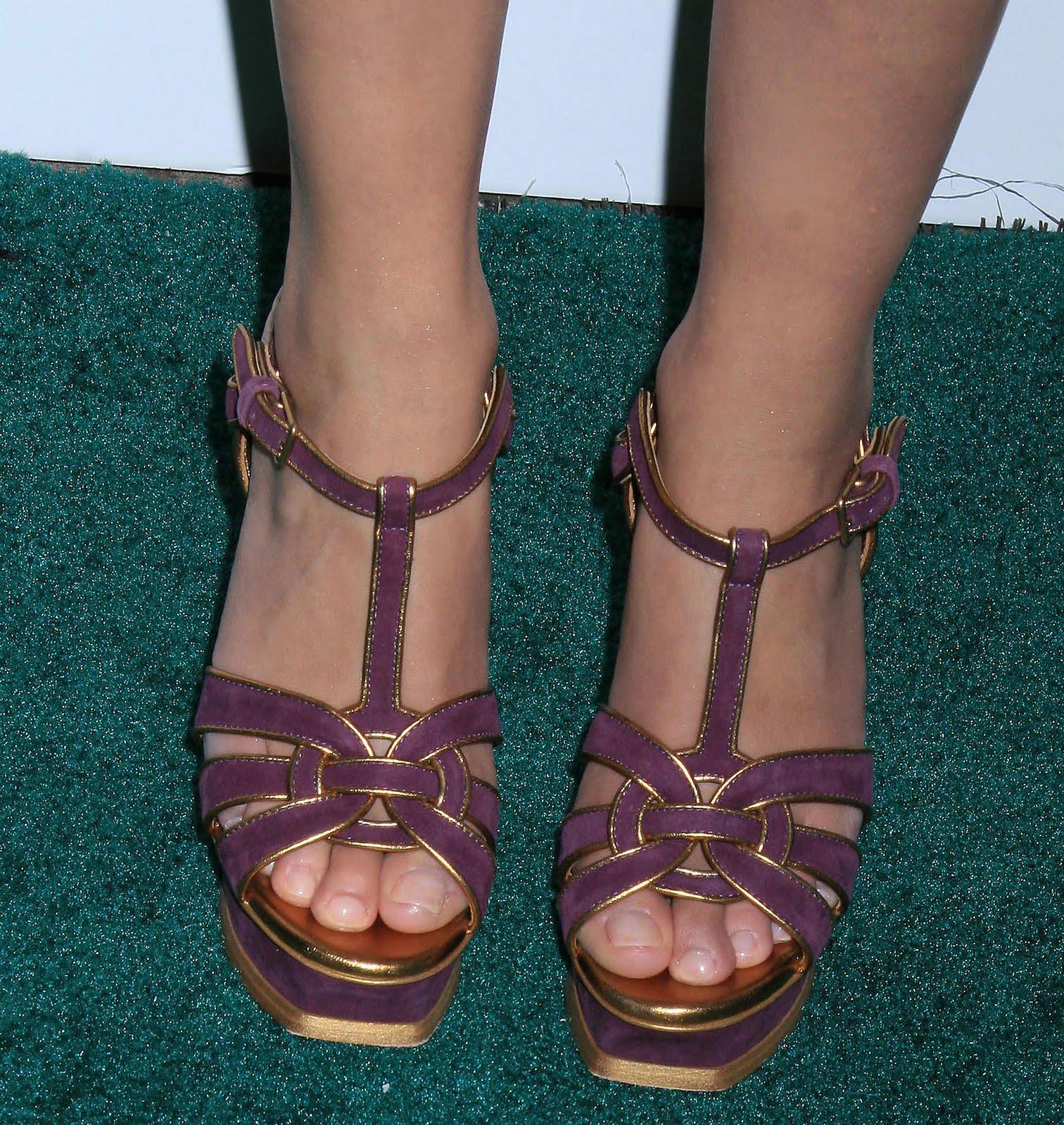 http://4.bp.blogspot.com/_bQ0SqifjNcg/TCWa88PJayI/AAAAAAAAW1c/GtvyrGavaQo/s1600/hayden-panettiere-feet-4.jpg