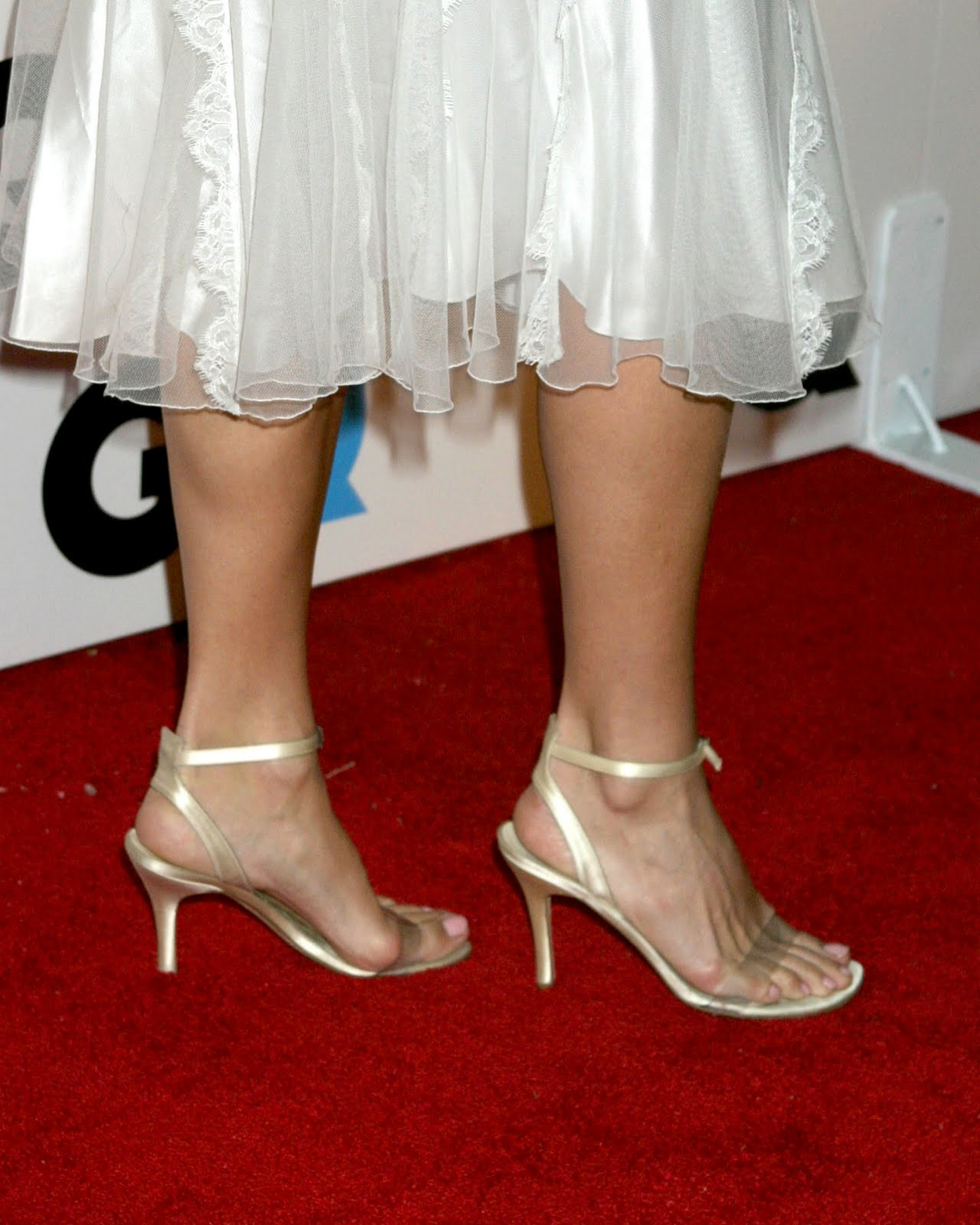 http://4.bp.blogspot.com/_bQ0SqifjNcg/TE_Fx3VT7OI/AAAAAAAAZjg/c3eeqpJMOkQ/s1600/molly-sims-feet-3.jpg
