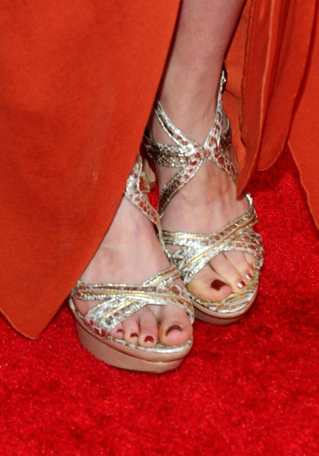 http://4.bp.blogspot.com/_bQ0SqifjNcg/TE_H2XXJroI/AAAAAAAAZlA/d14GjgEmYSw/s1600/amy-smart-feet.jpg