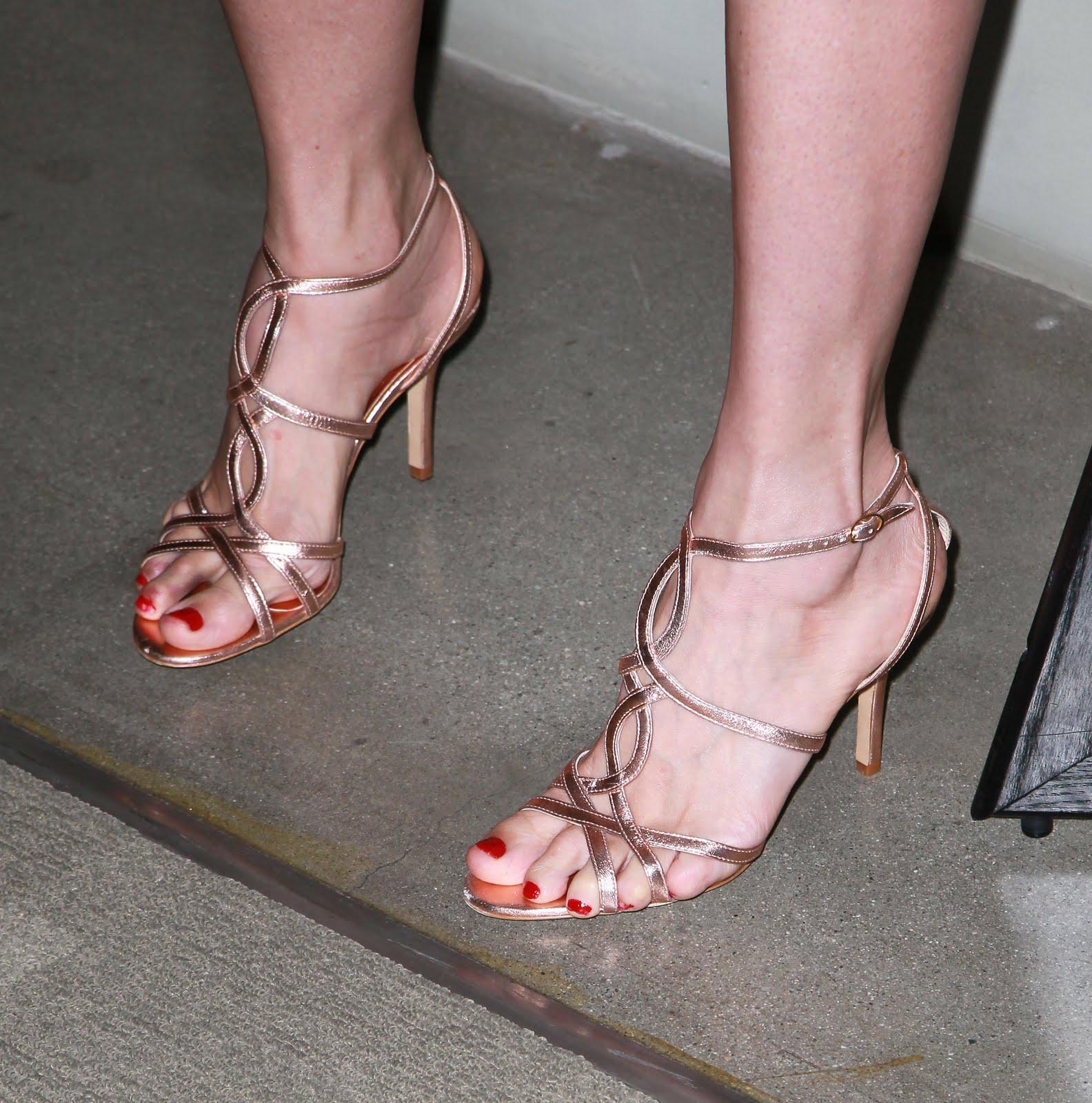 http://4.bp.blogspot.com/_bQ0SqifjNcg/TFEZFiSqtRI/AAAAAAAAZuU/oAhdkEPLd1Y/s1600/mira-sorvino-feet.jpg