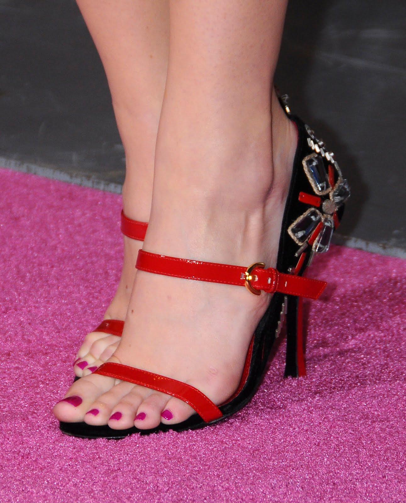 http://4.bp.blogspot.com/_bQ0SqifjNcg/TFkAbTN_NfI/AAAAAAAAaIA/sNg1abFV_kU/s1600/emm-stone-feet-3.jpg