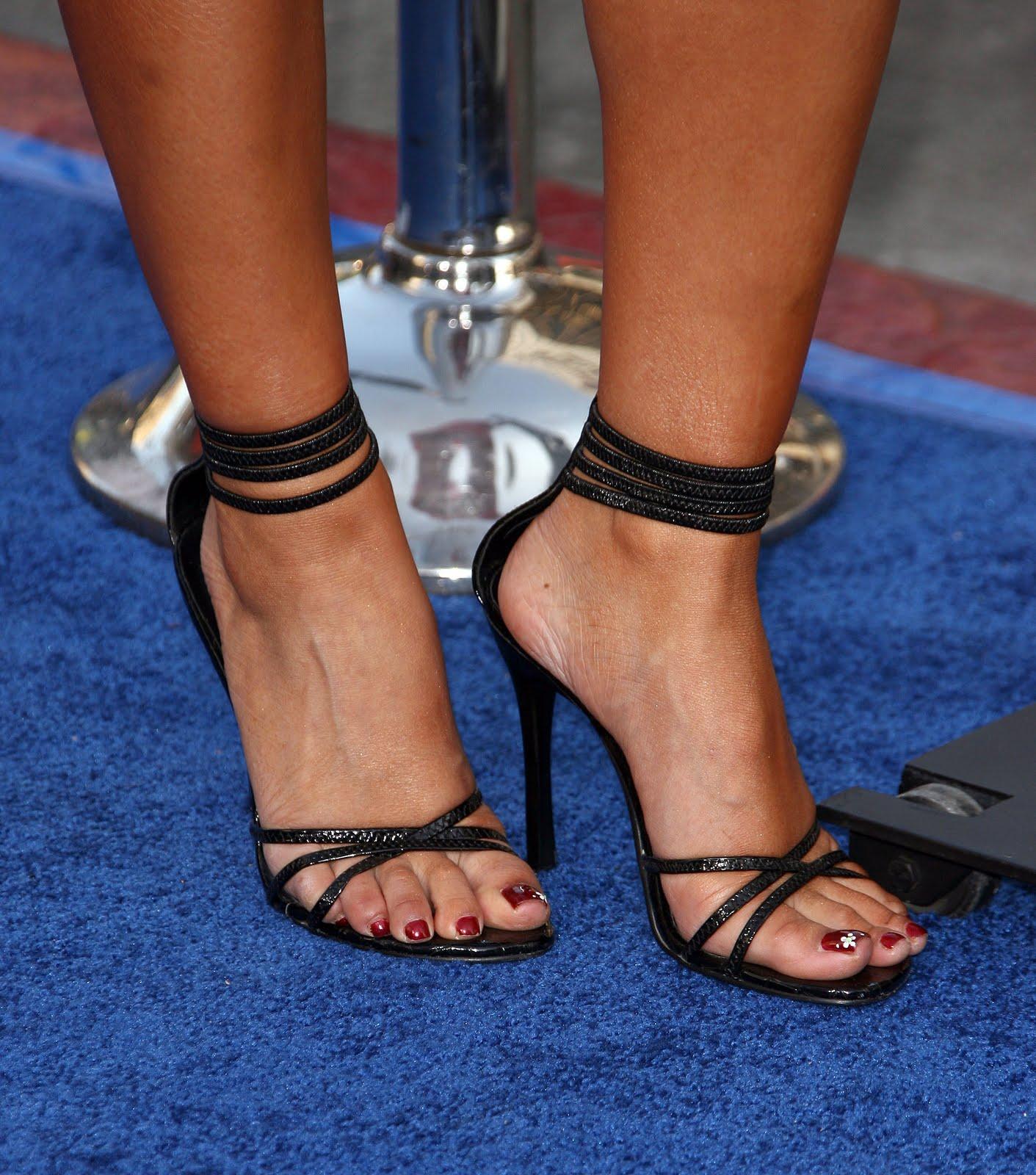 http://4.bp.blogspot.com/_bQ0SqifjNcg/THnywWjn1cI/AAAAAAAAb0U/n-1ktCy4zJU/s1600/tila-tequila-feet-2.jpg