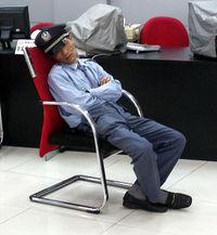 Segurança dormindo no trabalho