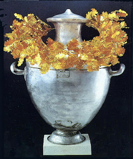 external image Vergina+Archeological+Museum+-+Silver+Urn+with+Golden+Wreath+of+Alexandre+IV+002.jpg
