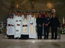 Al centro de la foto +Monseñor Victor y los Padres José y Julio.