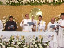 + Monseñor Victor dando la bendición al final de la reunión Ecumenica.