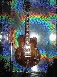 Luminária com Gibson semi acústica