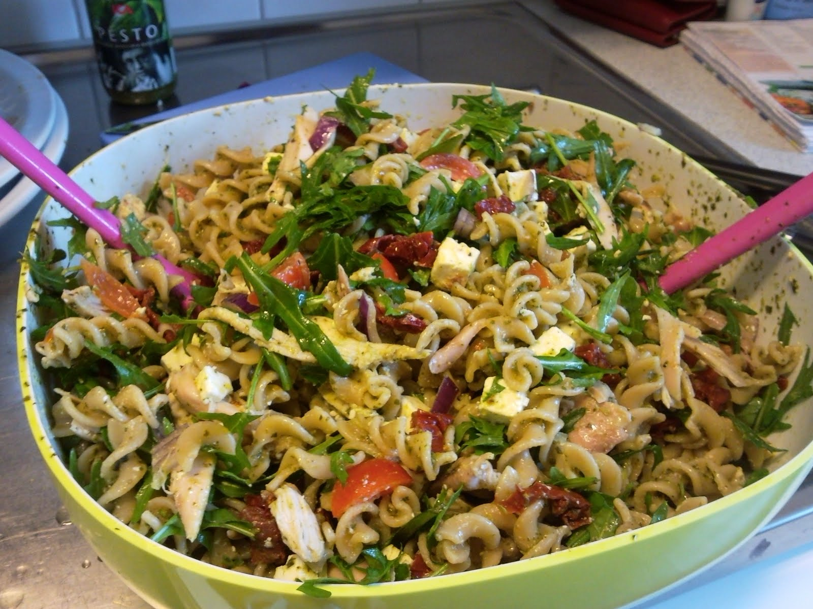 pastasallad med pesto och kyckling