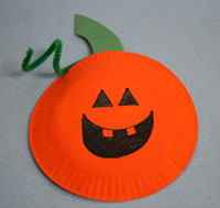 which got me thinking about all of the other fun Halloween crafts you can make with paper plates. I think the most common is a pumpkin & Be Different...Act Normal: Paper Plate Halloween Crafts
