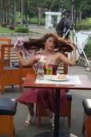 Dewi Persik di Taman