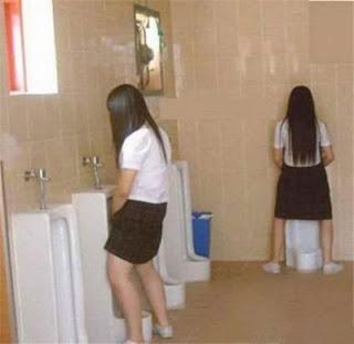 perempuan kencing di toilet laki-laki