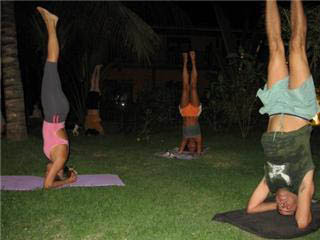 alunos praticando yoga