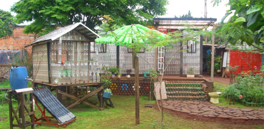 para su construccin se usaron botellas de plstico de leche y vino cajas de ceds la cama est construida con botellas y la cama con