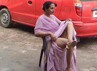 Aunty lifting saree