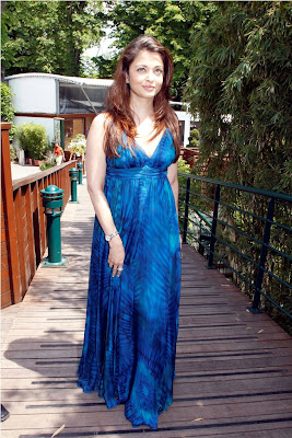 Aishwarya Rai showing boobs  in Long  blue skirt at French Open 2010 2