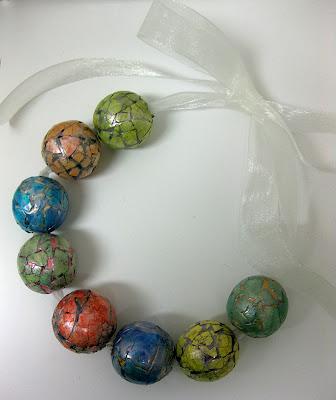 Ожерелье из деревянных бусин с мозаикой из яичной скорлупы