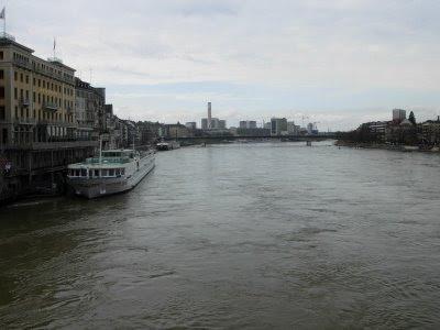 Basel'in içinden geçen rhein nehri. rhein, isviçre-avusturya