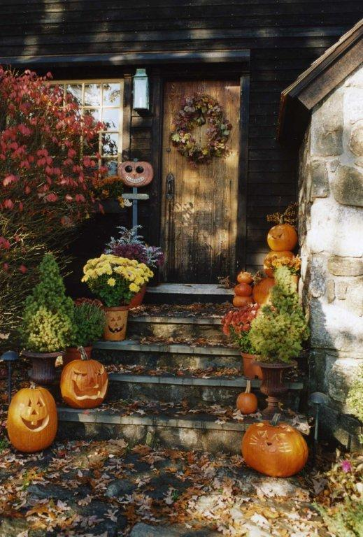 Glorious treats warm and welcoming fall displays for Pictures of fall decorations for outdoors