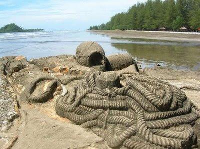 tali yang menjadi batu ini dipercayai milik malin kundang. seluruh