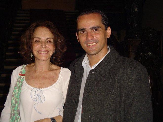 Maria TEreza Goulart com o ator após espetaculo onde Vaz interpreta JANGO