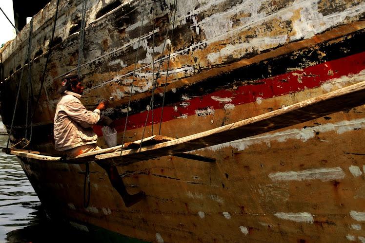 Merawat Perahu. 2010