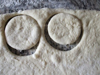 Gogosi pufoase decupate cu paharul Preparare