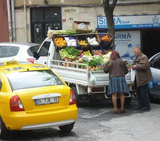 Taxi et légumes dans une rue d'Istanbul