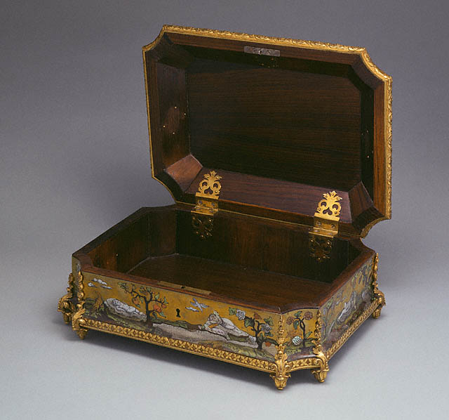 [antique-wood-casket.jpg]
