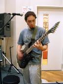 Sifu Kinoshita tocando guitarra