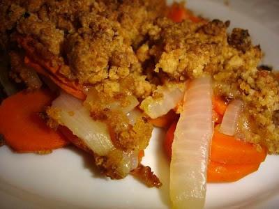 Crumble salé : oignons, carottes et pain d'épices