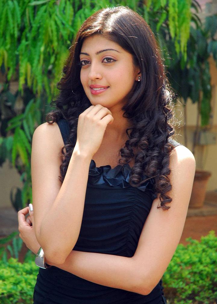 kannada actress praneetha cute looking stills pics gallery