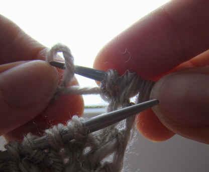 Как сделать отверстия в вязании на спицах
