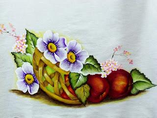 cesto de maças com flores lilases