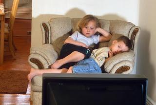 Crianças em frente à TV