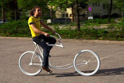 Bicicleta sem garfo em ação