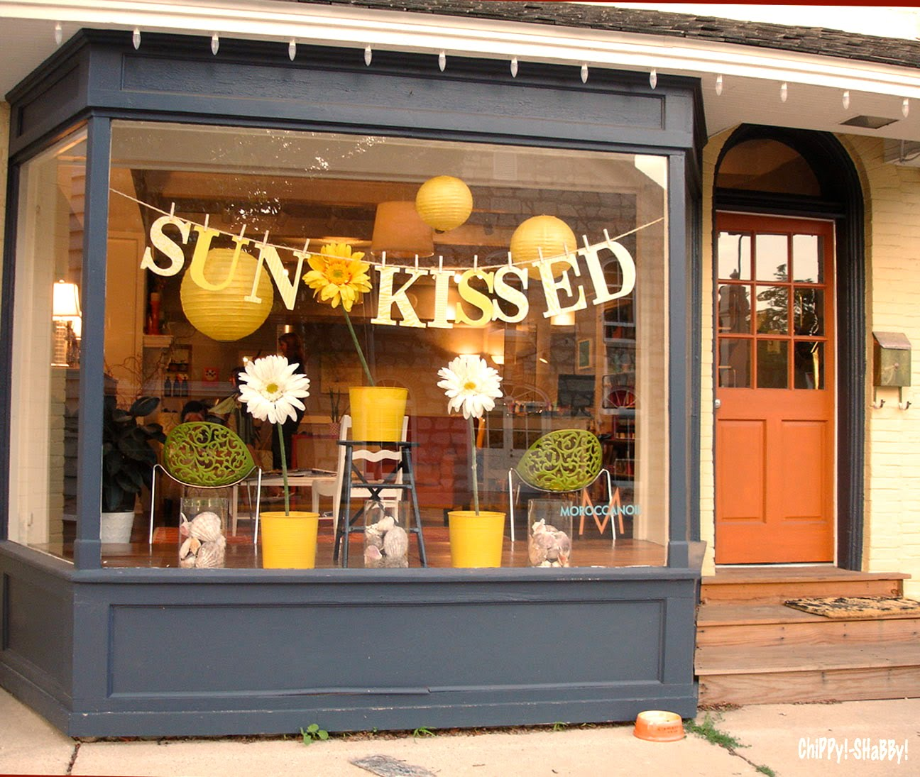 Chippy shabby best store front cedarburg for Boutique window display ideas