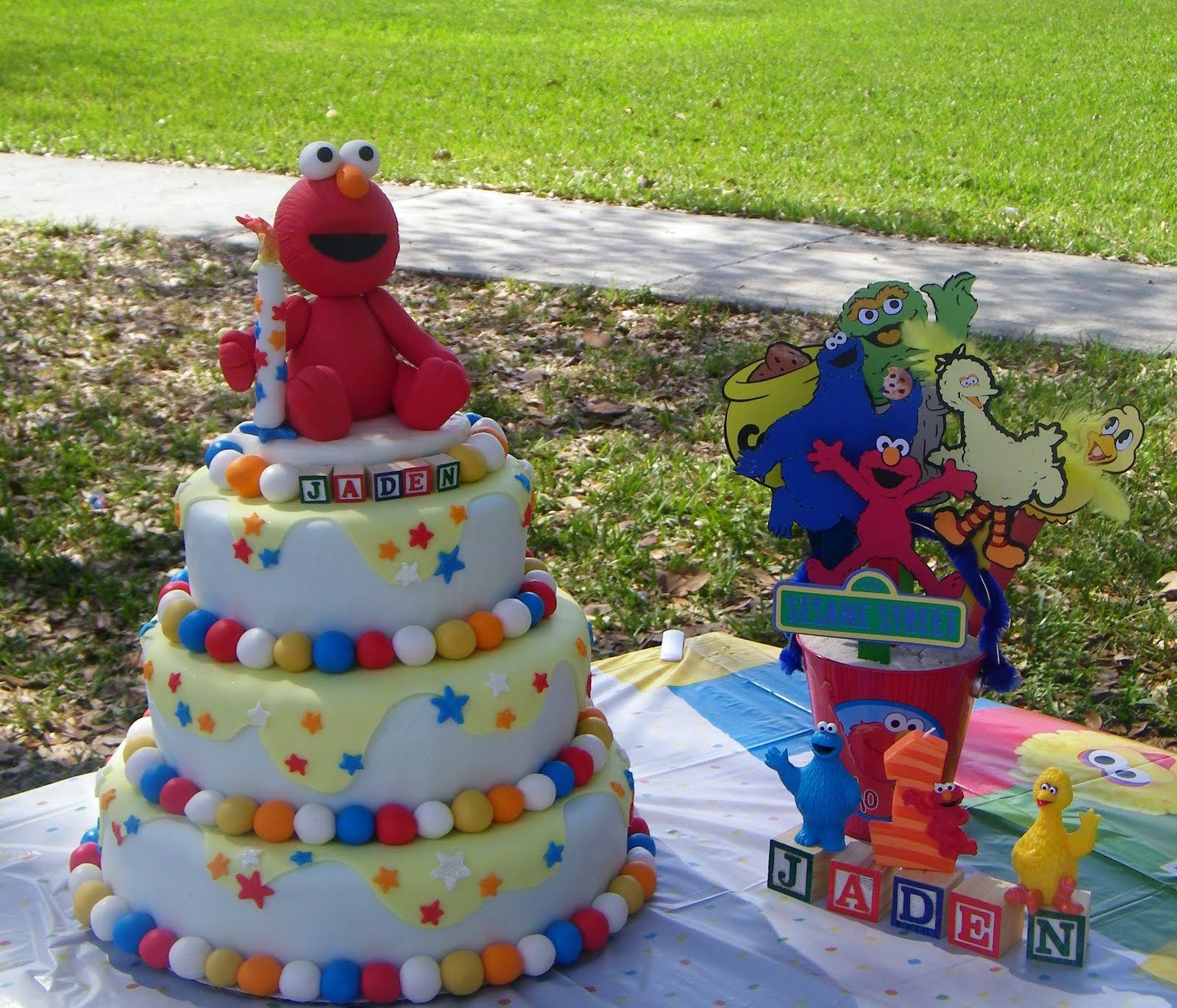 Busybeequilter : ELMO cake and table toppers