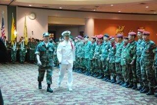 Sĩ Quan nghi lễ TSQ Hồ Sắc; HQ Ðinh Quang Tiến tiến lên khán đài để điều hợp buổi lễ theo nghi thức Quân Ðội