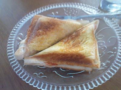 ... roti tawar loaf biasa. spaya kaga bosen beli aja 2 jenis roti untuk