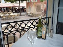 Utsikt fra ett restaurantvindu i sør- frankrike