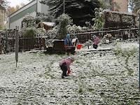 Der erste Schneemann wird gebaut