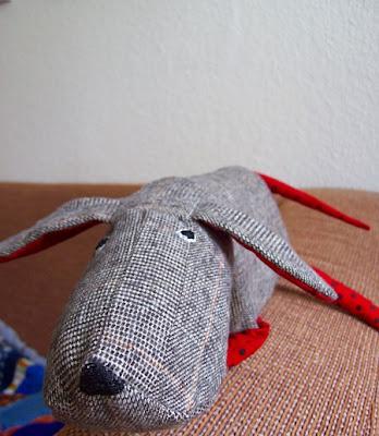 Stoffhund grau mit roten Beinen