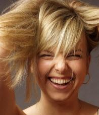 Le masque pour les cheveux avec la gélatine et loeuf sur les cheveux mouillés ou secs
