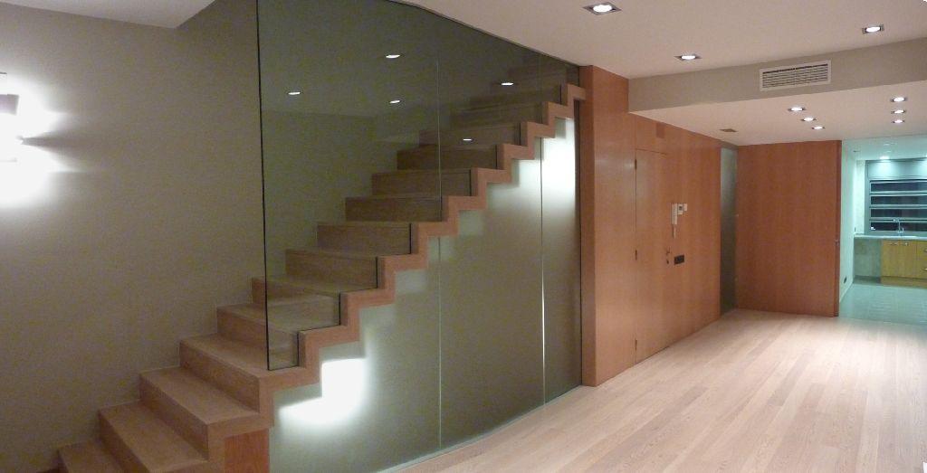 vista general de frente integrando conjunto de escalera puerta de entrada puerta de cristal corredera oculta y puerta corredera cocina oculta en panel
