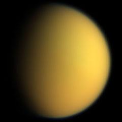 Titán, en colores naturales