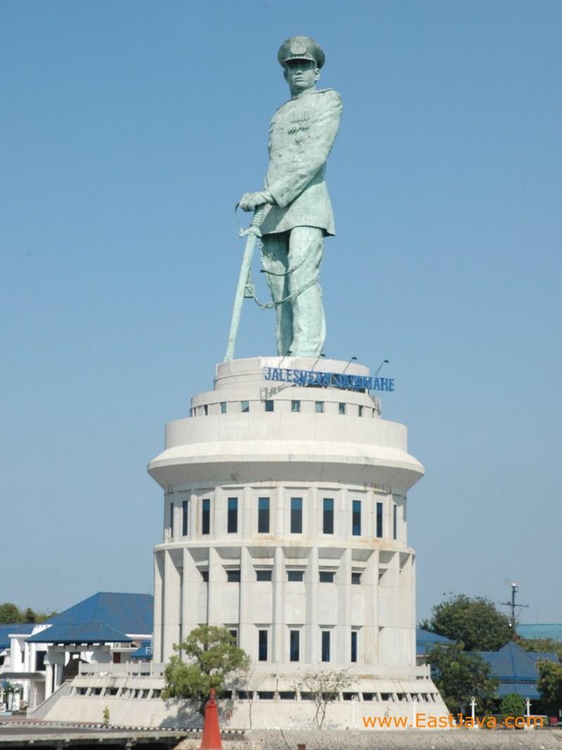tinggi 60 6 m merupakan monumen yang terletak di ujung utara surabaya