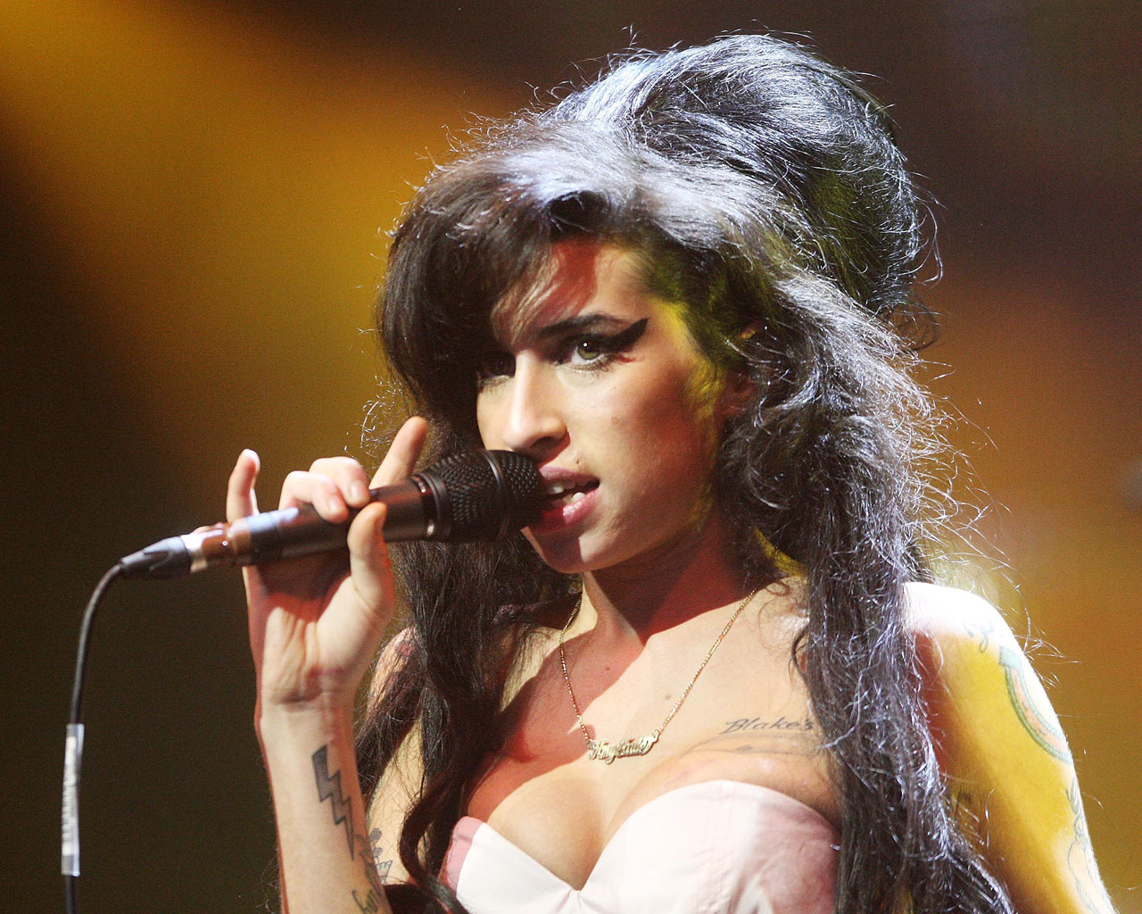 http://4.bp.blogspot.com/_csogD6ptEnI/SwD5hhIfq1I/AAAAAAAADhU/0YR1R8yit1Y/s1600/Amy_Winehouse_08.jpg
