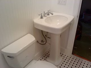 Exceptionnel A Pedestal Sink Is A Common Choice For A Smaller Bathroom When Space Is An  Issue. In This Particular Bathroom There Is A Huge Toiletry Closet Behind  The ...